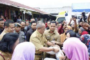 Wagub Salurkan 15 Ton Beras Operasi Pasar di Pesawaran