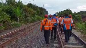 Sulthon Beserta Jajaran Pejabat PT KAI Divre IV Jalan Kaki Cek Jalur Kereta Api