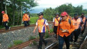 Pejabat PT KAI Divre IV, III, dan Pusat, Jalan Kaki Bareng Cek Jalur Lintas Kereta Api Prabumulih-Way Kanan