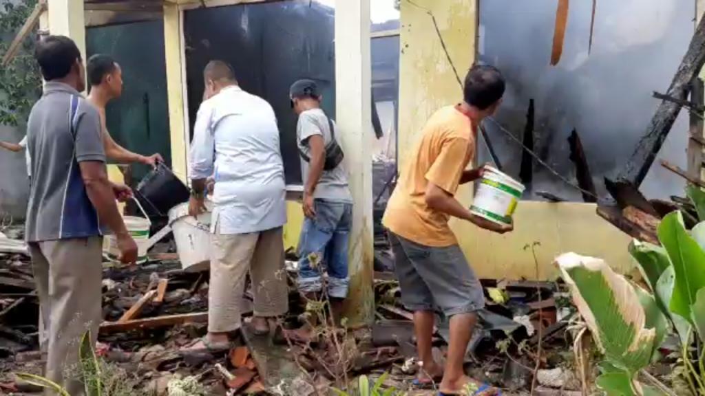 Satu Unit Rumah di Perum Pemda Wayhuwi Ludes Terbakar
