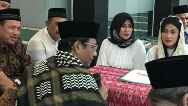 Mahfud MD Bimbing Deviani Natalya Bersyahadat
