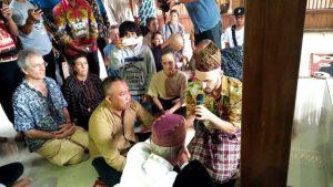 Bule Masuk Islam di Pagar Dewa TUBABA, Bupati Umar Ahmad Jadi Saksi