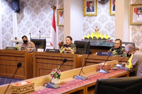 Gubernur Lampung Arinal Djunaidi mengadakan telekonferensi.