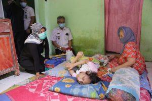 Ringankan Beban Masyarakat Terdampak Covid-19, Wagub Nunik Serahkan bantuan ke Penyandang Disabilitas