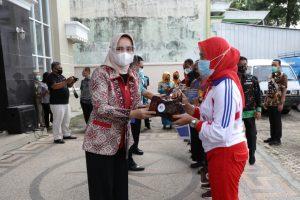 Ingatkan 3 M, Riana Arinal Beri Bantuan Untuk Klub Jantung Sehat dan Penyandang Disabilitas