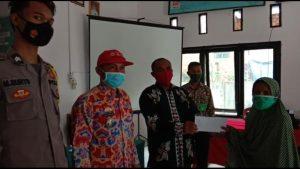 Peratin Pekon Tugu Mulya Kecamatan Kebun Tebu Bagikan Bantuan Langsung Tunai (BLT)