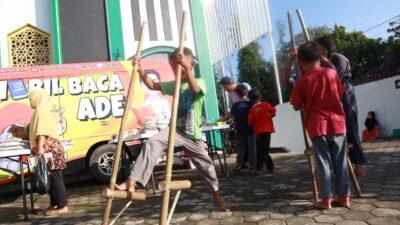 Mobil Baca Ade Singgah di Masjid Annur Gunter, Bikin Anak-Anak Senang