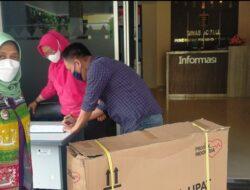 Dinsos Lampung Serahkan Bantuan Kursi Roda dari Gubernur Arinal untuk Warga yang Membutuhkan