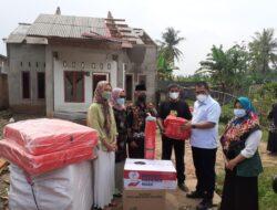 Dinsos Lampung Serahkan Bantuan untuk Korban Angin Puting Beliung di Desa Sinar Rezeki Jati Agung Lamsel, Terapkan Prokes